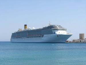 Kreuzfahrtschiff im Hafen von Kreta
